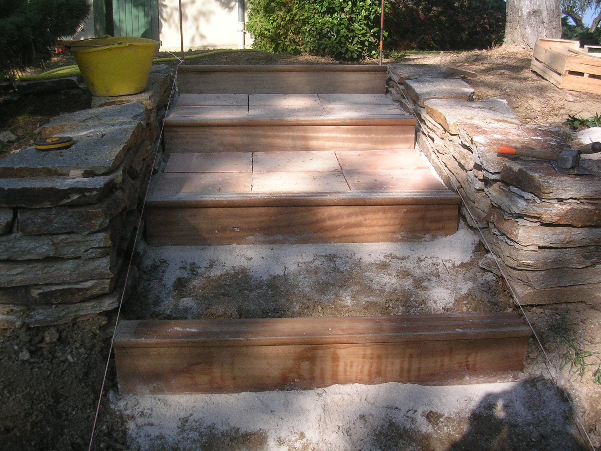 Construction escalier bois exotique et muret pierre sèche