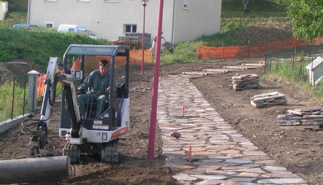 Création voie piétonne engazonnée avec dalles gneiss du Carroux